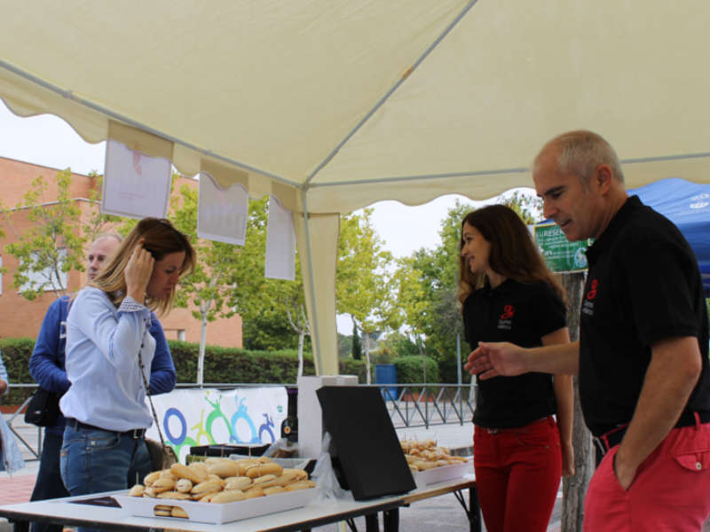 Autoridades locales charlando con el personal de Gourmet de Ibéricos